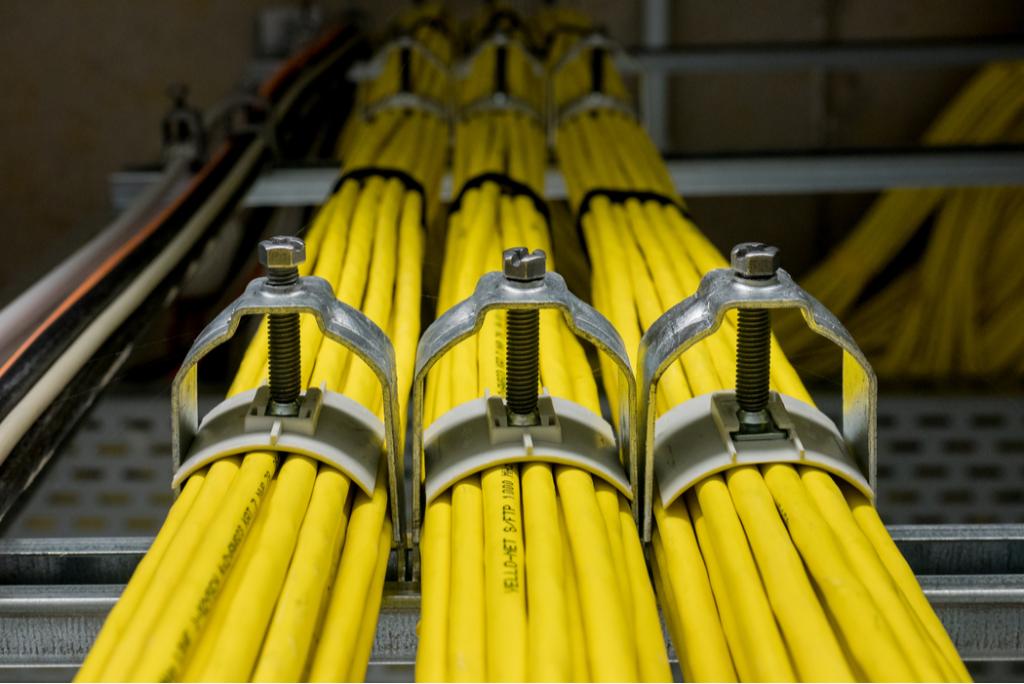 Cables amarillos con clips para cable asegurados