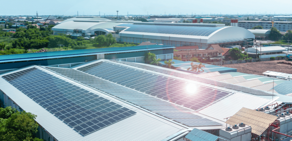 Detalle arquitectónico de techos en la construcción comercial Paneles solares