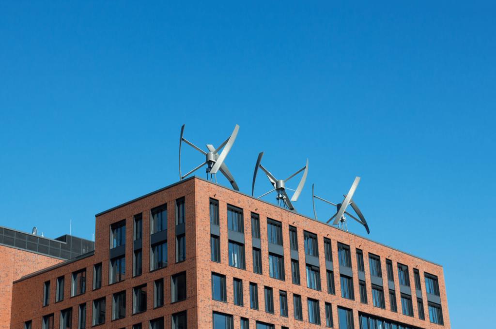 Turbinas de viento en el techo de un edificio