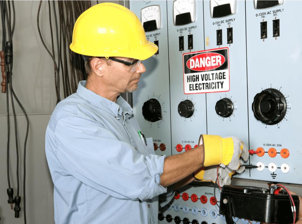 electricista trabajando en centro de distribución de energía