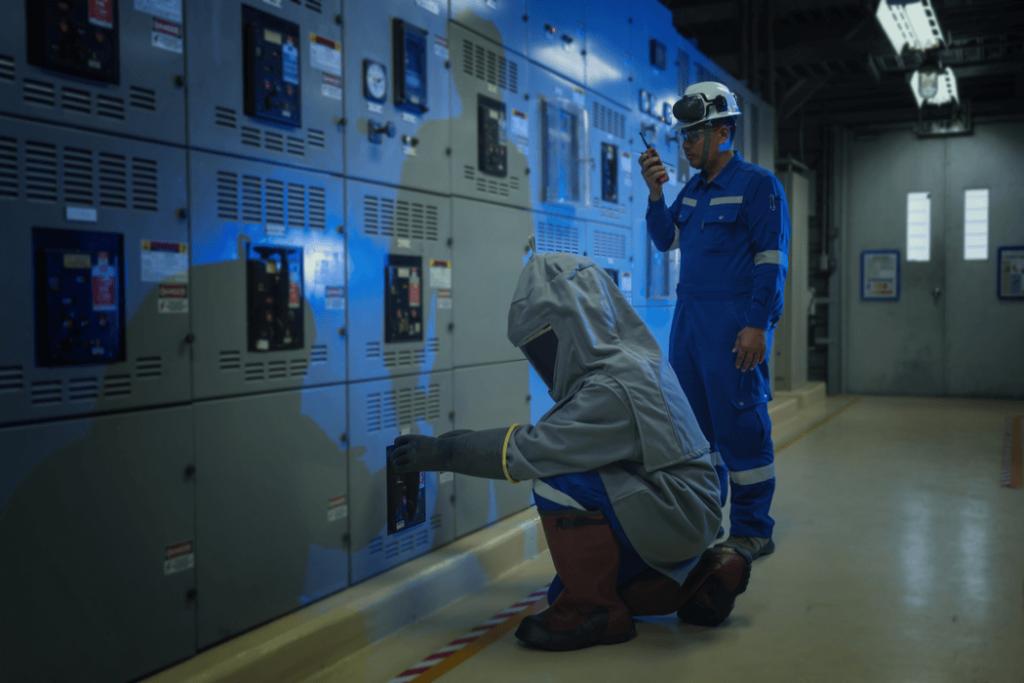 electricista probando los interruptores en la caja eléctrica