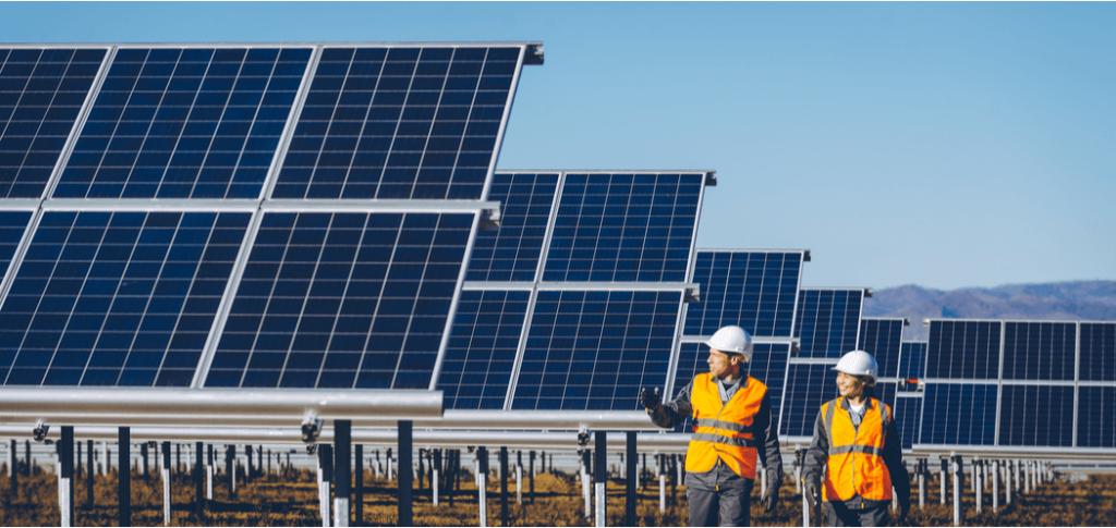 ingenieros en estación de energia solar