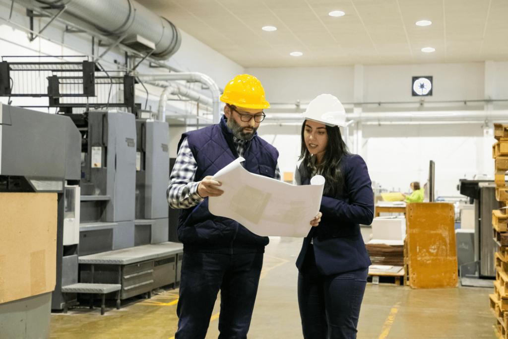 ingenieros revisando planos eléctricos