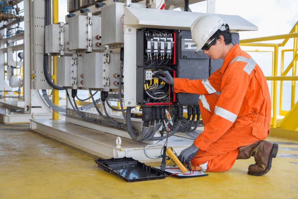 tecnico midiendo tension de generador electrico