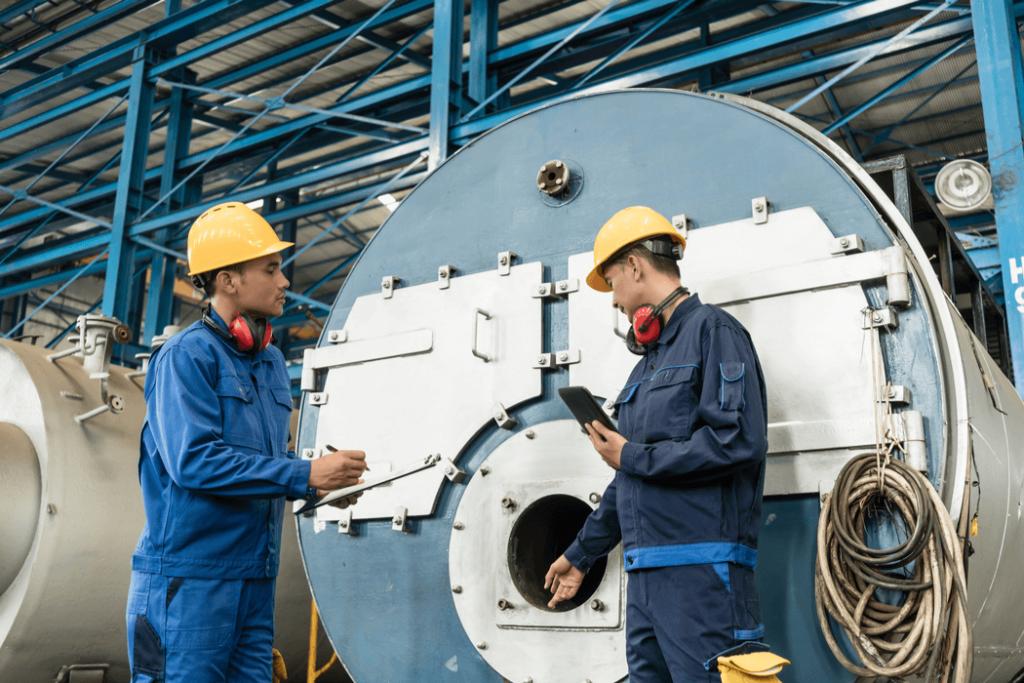 ingenieros verificando calderas industriales de vapor fabricadas - sudamerica